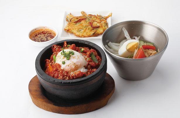 アツアツの石焼き鍋にご飯と肉をのせた、大人気の辛味噌サムギョプサルがさらに進化して再登場。さっぱりとした冷麺が辛さを和らげてくれる/韓美膳
