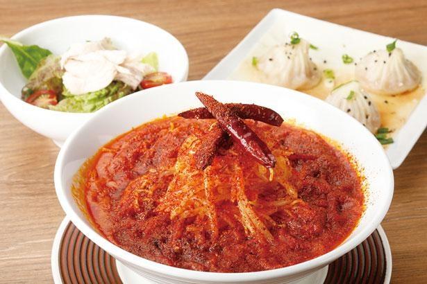 中国山椒の痺れる辛さの担々麺と、名物羽根つき焼小籠包に加え、サイドメニューとしてミニサラダもしくは海老チーズ春巻きが選べる/鼎's(Din's)