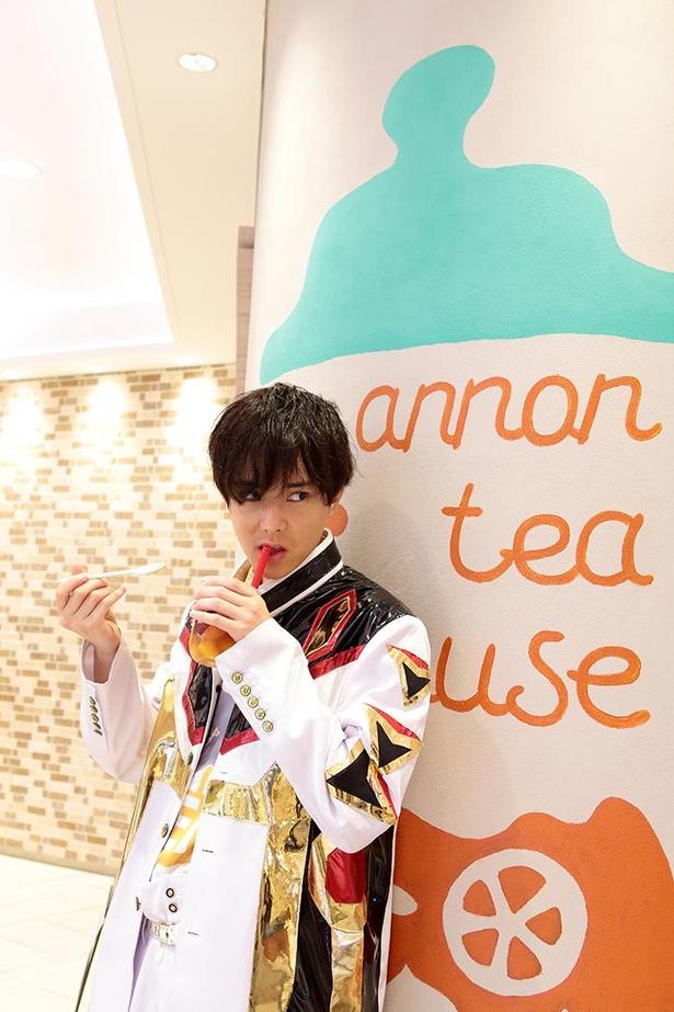 「紅茶専門店annon tea house」のフローズンフルーツのティーソーダ(918円、8月末まで販売予定)を今度はかわいく?飲んでいるつもりの水野勝