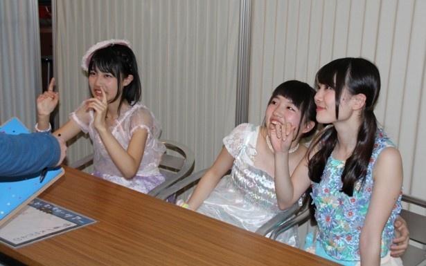 ファンと触れ合う、ののた(奥村野乃花)、アーオ(大和明桜)、もえちゃん(鶴見萌、左から)