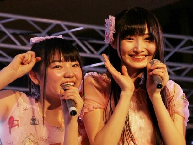 予科生のさやぴ(荒井紗也香)、みゆちゃん(左から)はライブ中にカメラ目線をくれた
