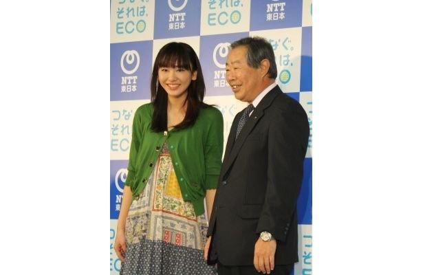 女優の新垣結衣さんとNTT東日本社長の江部努さん