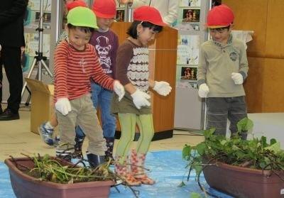 プランターを使った小規模なイモ掘りが室内で行われた