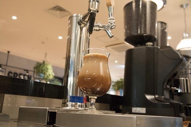 ニトロコーヒーはグラスを離して注ぐことで泡立ちがアップ/Greenberry's Coffee