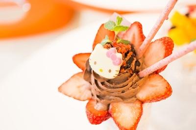 「ハローキティのストロベリーチョコクレープ」は、モチモチのクレープ生地の中までチョコクリーム&生クリームがギッシリ!