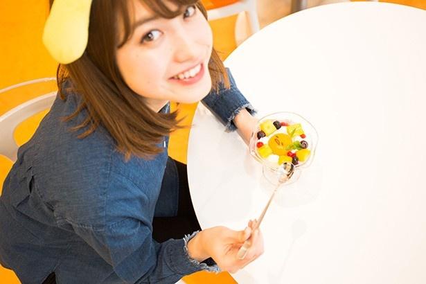 「ぐでたま マンゴ~ぱふぇ」は、ぐでたまの顔を割るとマンゴーソースがトロッと流れ出る