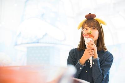 「ハローキティのストロベリーチョコクレープ」にかぶりつく中島さん。味も本格的なメニューに大満足!