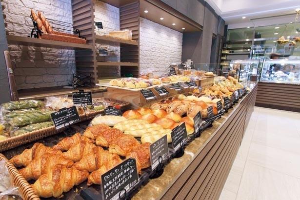 写真奥の全面ガラス張りのキッチンから届く、焼きたてのパンが約40種並ぶ。粉の風味豊かなドイツパンもぜひチェックして/ブロートバール セセシオン