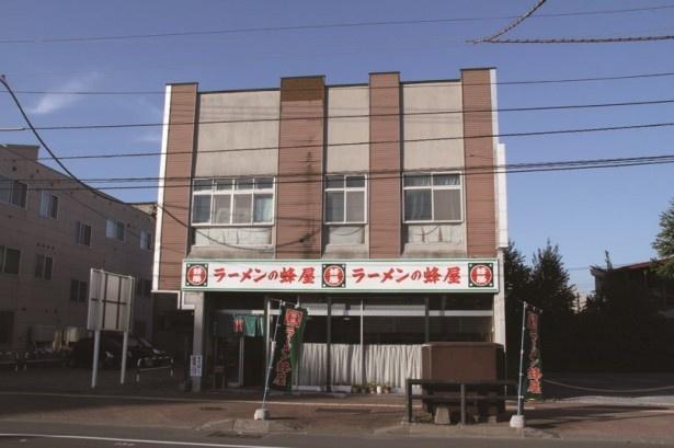 スープと麺工場を併設した店舗は店内も外観もレトロ