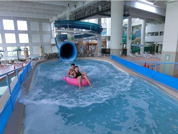 多摩市立温水プール アクアブルー多摩。長さ102メートルのアイランドスライダーがある