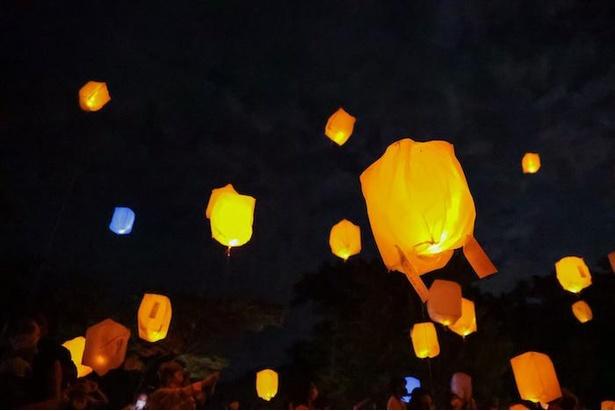 【写真】オレンジやブルーの光が幻想的なスカイランタン