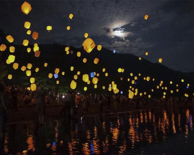 願いを記したスカイランタンが十和田湖を彩る!2021年は花火&ナイトクルーズで夏の夜を楽しもう