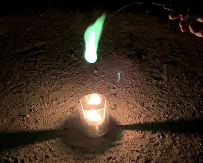 今、手持ち花火の人気が急上昇!うわさの霊界グッズ・ひとだまくんでちょっと怖い夜遊びをしてみた