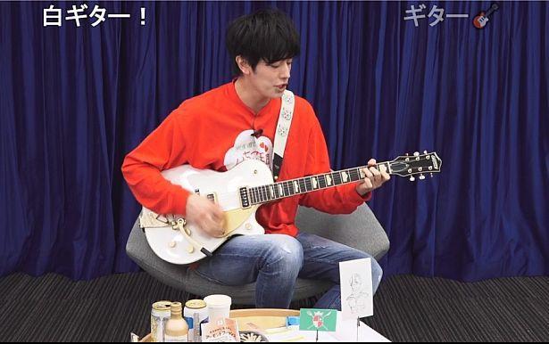 ギターを片手に、『岩永徹也のいちご王国』の国歌を斉唱