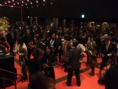 開演前の劇場は、人、人、人!