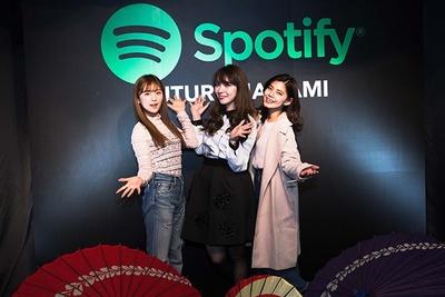 番傘をデコレートしたフォトブースで記念撮影する、ひよんさん(左)、岩根沙恵子さん(中)、畑 有里紗さん(右)
