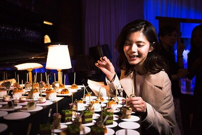 「Spotifyは使いやすくて好き!」という畑有里紗さん。おいしい料理を前に、笑顔がはじける