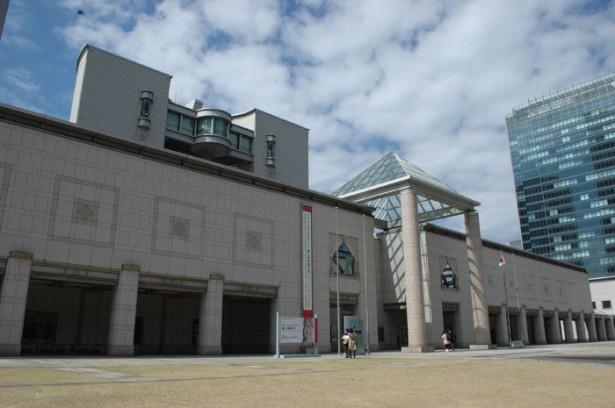 世界的な建築家、丹下健三によるシンメトリーな外観が美しい「横浜美術館」
