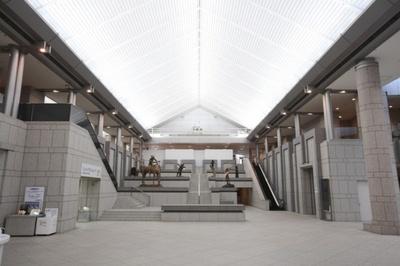 御影石を使った、高さ約20mの開放感あふれる吹き抜けのエントランス(横浜美術館)