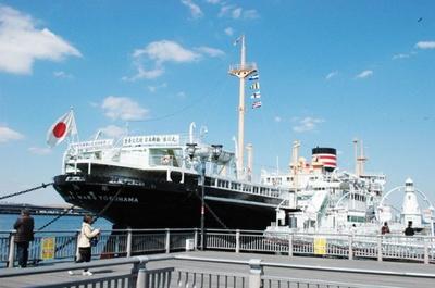 「山下公園」前の海に、かつて高速貨客船として活躍した氷川丸が係留されている