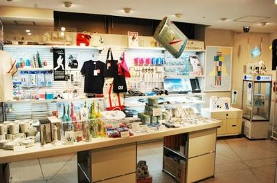オリジナルグッズなどを販売するショップも (横浜マリンタワー)