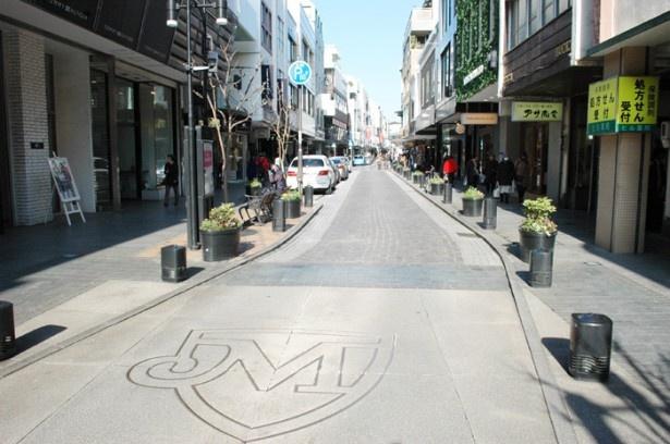 「横浜元町ショッピングストリート」のマークが、バリアフリーエリアとして道路に描かれている