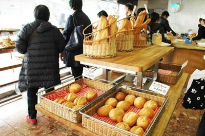 焼き立てパンの香りが店内に漂う「ウチキパン」。取材したこの日も地元の人を中心に多くの人が買い物に訪れていた