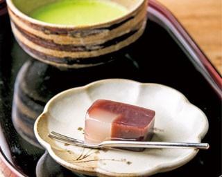本葛を流し込んだ葛ようかんと、一わんずつたてられる抹茶がセットの「特選抹茶」(630円)。なめらかな葛の食感とようかんの甘味がたまらない/葛の館