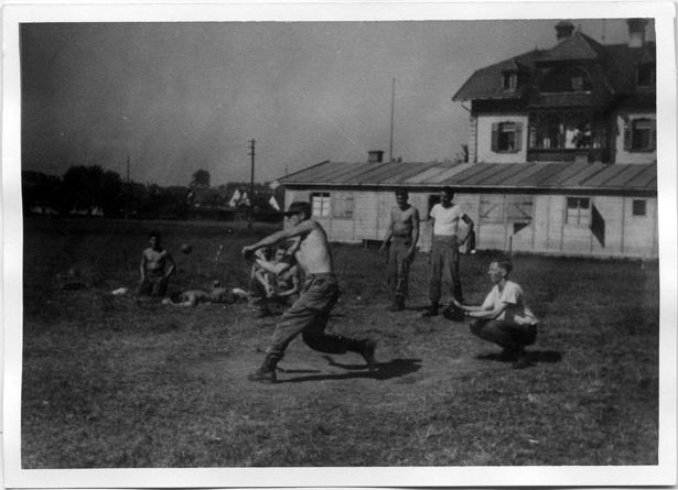 従軍中の草野球でキャッチャーの守備につくシュルツ氏
