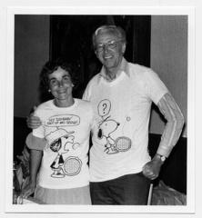 テニスのシーンがあしらわれた「ピーナッツ」のTシャツを着るシュルツ夫妻