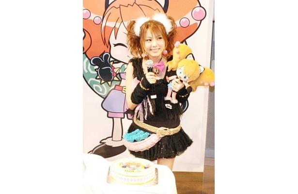 20歳の誕生日を迎え、特製レーニャケーキを贈られて大感激の田中れいな