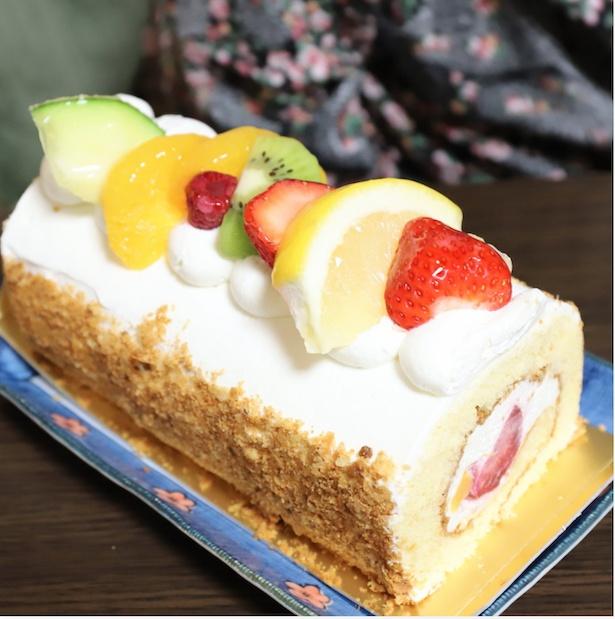 おばあのお待ちかねの誕生日ケーキ。今回は、フルーツたっぷりのロールケーキ