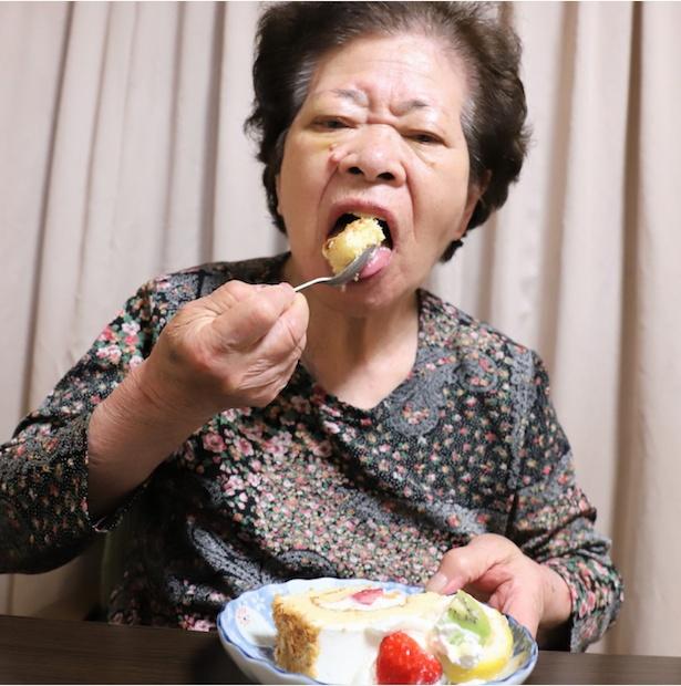 次々とケーキを口に運ぶおばあ。甘党の本領を発揮する