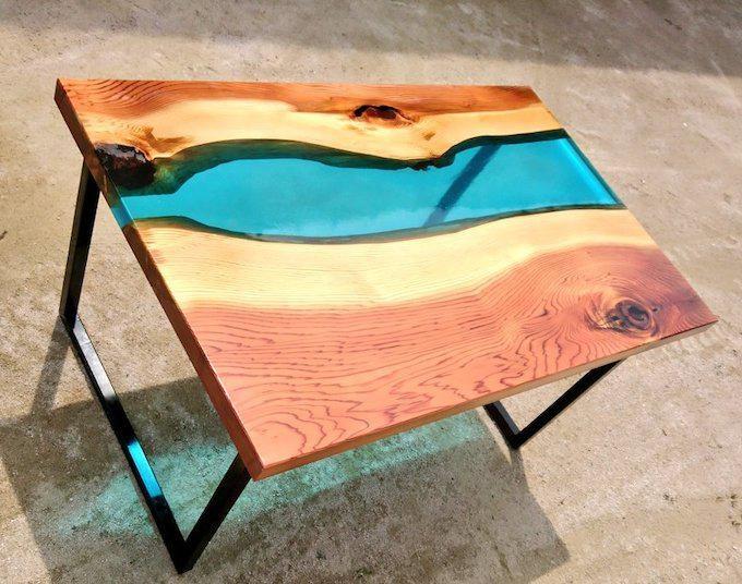 テーブルに神秘の川が流れる!?一枚板と樹脂を組み合わせたリバーテーブルが美しい