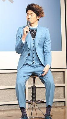ブルーの3ピースにタイをつけたオシャレな瑛太さん。手にしたブルーのケータイとコーディネート?