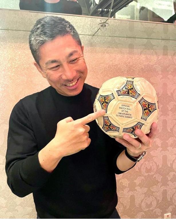 【写真】アトランタ五輪のサッカー日本代表の試合で実際に使われていた貴重な試合球と実に25年ぶりの再会。「僕もこのボール蹴っている!!」