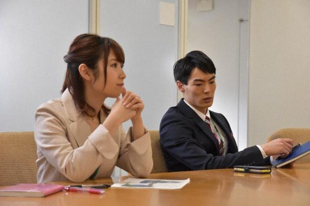 【写真を見る】高柳明音(左)と岩崎拓馬(右)が出演する第3夜はオフィスの会議室が舞台