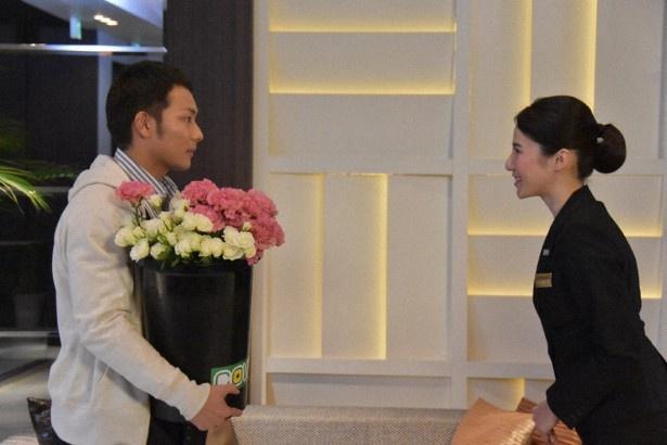 第2夜の舞台は結婚式場。生花の配達にやってきた剛太郎(左・田中俊介)は、桐子(右・山下舞弓)に突然ぶしつけな質問をする
