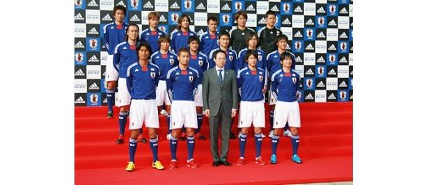 新ユニホームで南アフリカへの遠征に臨むサッカー日本代表の選手と岡田武史監督
