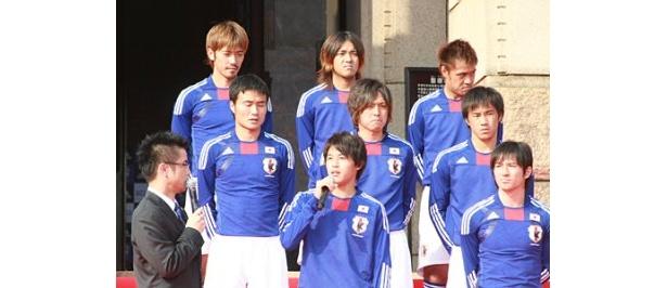 内田篤人選手は、同じ年代で世界で活躍するアルゼンチン代表・リオネル・メッシ選手同様、日本サッカー界に革命を起こすことを誓った
