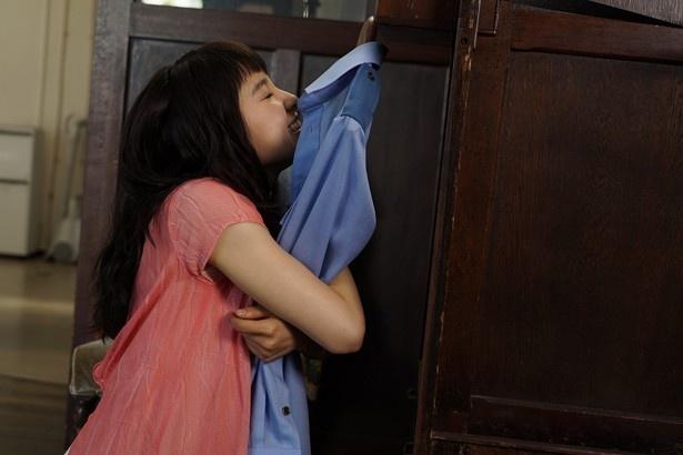 【写真を見る】映画『PとJK』で亀梨和也が着ていたシャツに、土屋太鳳が抱き着く!