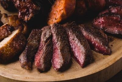 【写真を見る】赤身と霜降りのバランスが取れた柔らかい肉を、表面にしっかりと焼き色をつけ、ジューシーに焼き上げた「USプレミアムビーフサーロインステーキ」