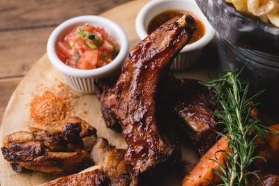 骨付きの豚肉を低温でじっくりとバーベキューソースでトロトロになるまで煮込んだ「BBQスペアリブ」