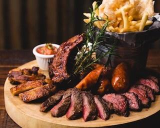 肉好きも唸る!人気の肉料理5種類が1皿で楽しめるプレート登場