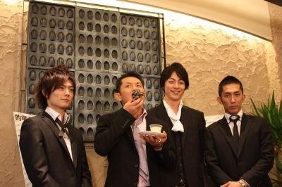 イケメン3人と並んで的場浩司さんがシュークリームをパクリ!