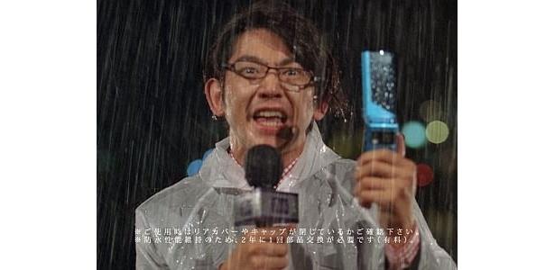 降りしきる雨の中、必至の形相で絶叫レポートをする、新CM『ニュースキャスター』篇の瑛太さん。こんな瑛太さん見たことない!