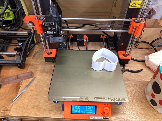「物理的にRTといいねができるライト」を3Dプリンタで製作している様子