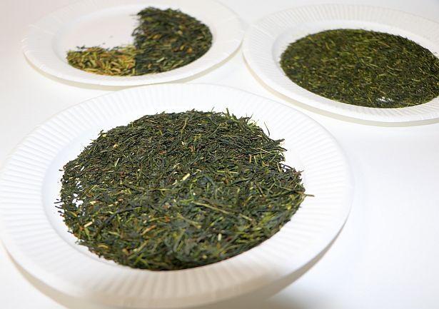 (手前から時計回り)「本茶」「茎茶」「粉茶」の3つに仕分けた