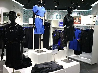 1Fにある「Jimmy Choo for H&M」のレディスウェア販売スペース。中央の青いヤギ革のワンピースが2万9990円