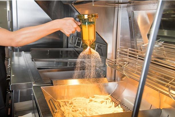 フライドポテトに均等に塩を振る器具。味にムラが出ないようにしている